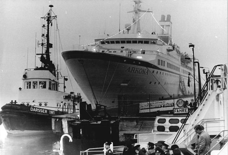"""Rostock-Warnemmmünde ist ein traditioneller Kreuzfahrthafen: Hier das DDR-Passagierschiff """"Arkona"""" 1985. Bundesarchiv, Bild 183-1985-1025-026 / Sindermann, Jürgen / CC-BY-SA 3.0"""