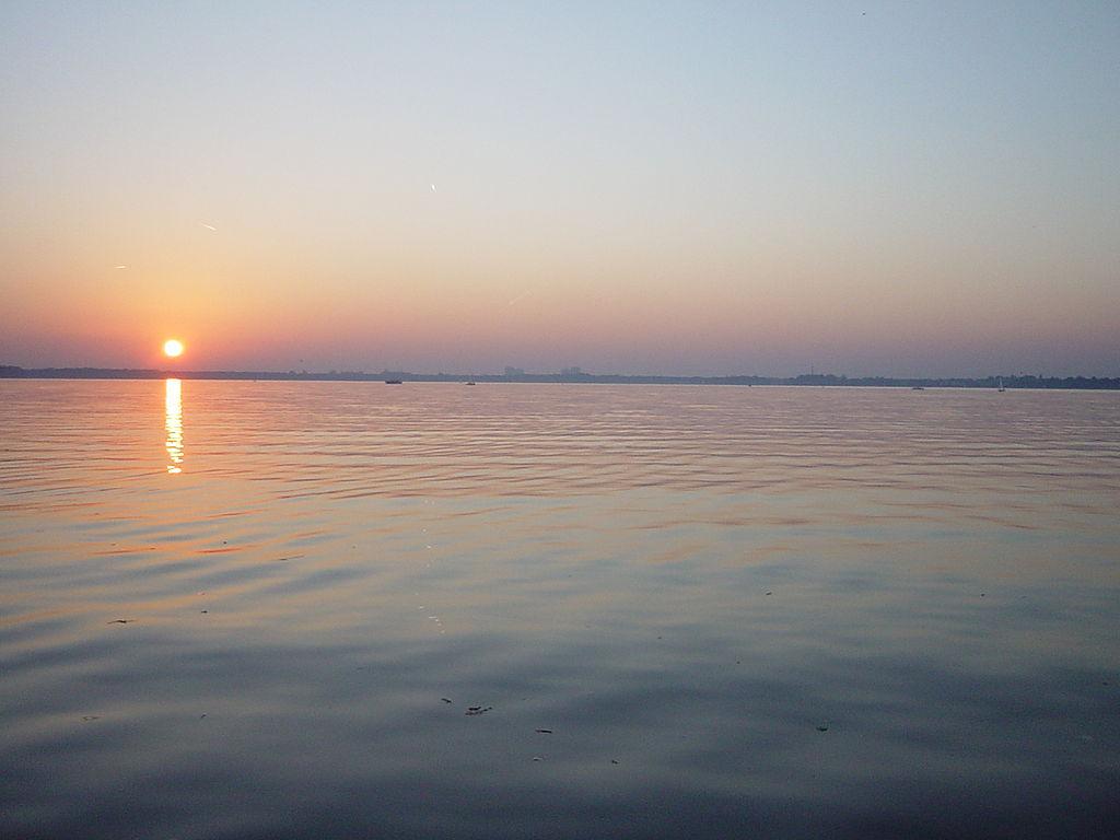 1024px-Sonnenuntergang_Mueggelsee