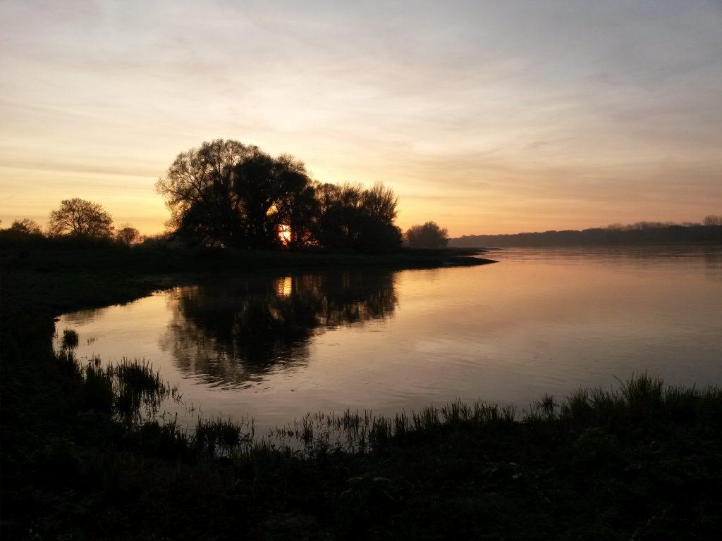 Die Elbe nahe Hohenwarthe beim Sonnuntergang, Foto: Robert Braune via Wikimedia Commons