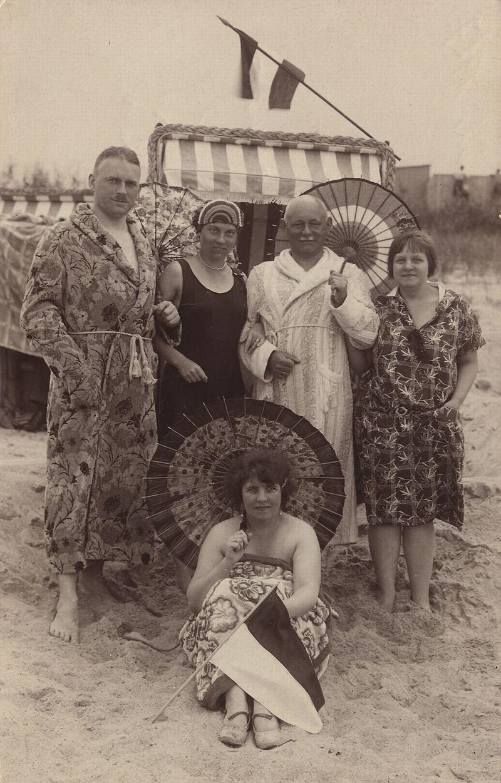 EIne Familie posiert um den Strandkorb (ca. 1900)